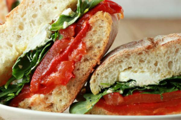 Sandes de queijo de cabra com tomate